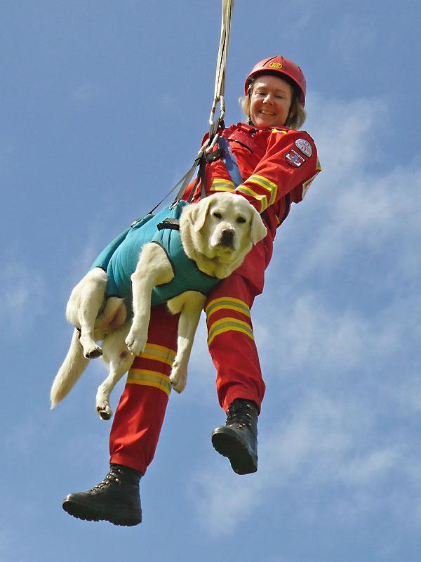 Patrizia Kössler mit Rettungshund am Hubschrauberseil